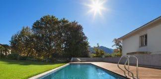 Réglementations pour piscine : puis-je en construire une dans mon jardin ?