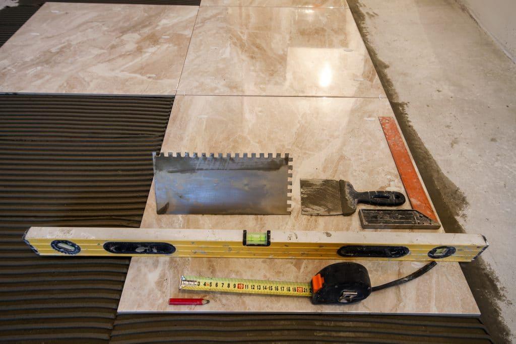 Comment poser les différents revêtements de sol dans votre salle de bain?